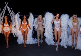 Сестры Кардашян нарядились ангелами Victoria's Secret!