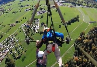 Пилот не пристегнул туриста к дельтаплану, и бедолаге пришлось лететь, повиснув на одной руке (аэрофобное видео)
