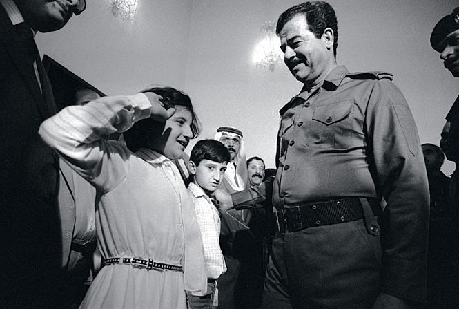 Саддам Хусейн приветствует свой народ. Багдад, октябрь 1983 г.