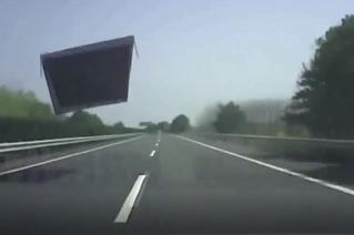 Ух, ё! Гигантская железная хрень прилетает прямо в лоб мчащемуся автомобилю! (всесокрушающее ВИДЕО)