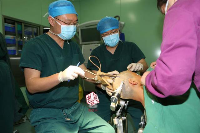 Фото №2 - Женщина с ножницами в голове приехала в больницу на автобусе