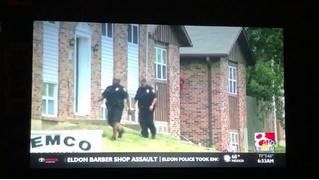 Американские полицейские ищут грабителя в красной толстовке (ВИДЕО)
