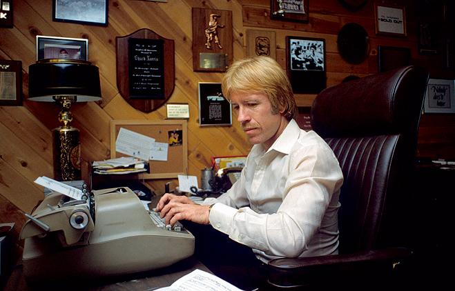 Норрис за работой над своей второй книгой – учебником по фитнесу. 1980 год