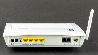 Роскомнадзор заявил, что раздавать Wi-Fi через стену законно, а через две — уже нет