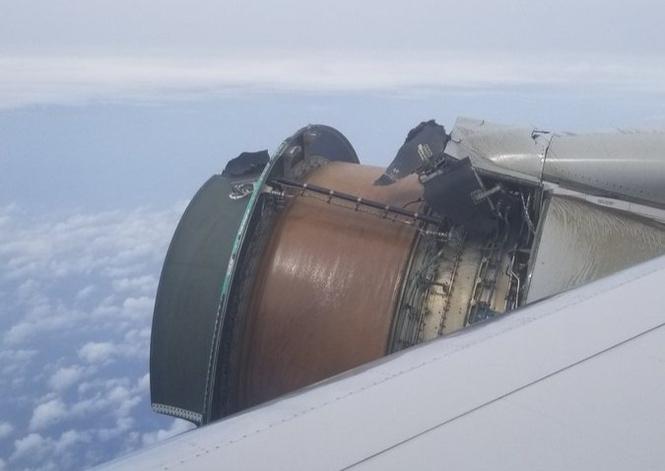 Пассажиры сняли двигатель самолета, у которого прямо во время полета отвалилась обшивка! (Повергающее в ужас ВИДЕО)