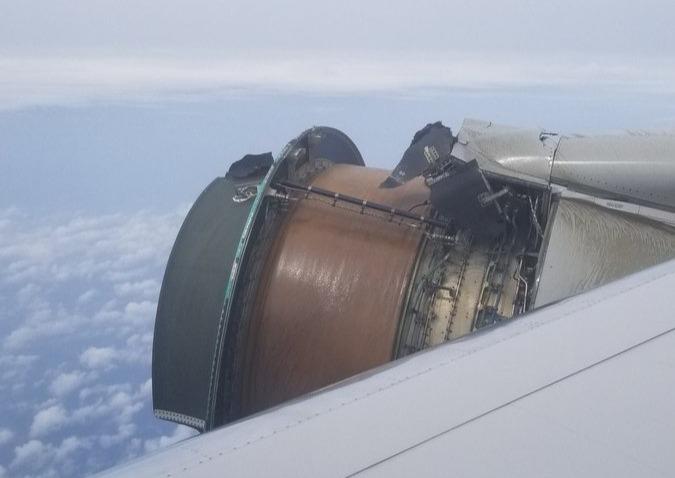 Фото №1 - Пассажиры сняли двигатель самолета, у которого прямо во время полета отвалилась обшивка! (Повергающее в ужас ВИДЕО)