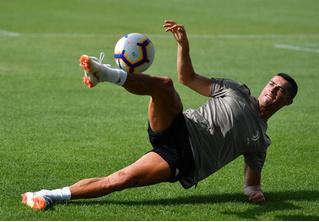 Роналду забивает с передачи Роналду! Парадоксальное ВИДЕО
