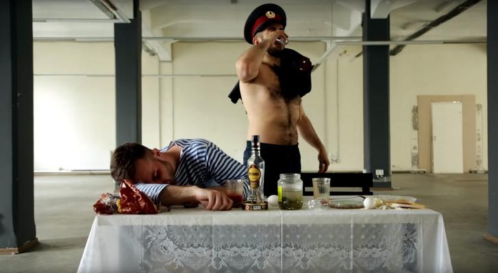 Фото №1 - Это Россия, бро! Злободневная пародия на клип Чайлдиша Гамбино от блогера Гурама Нармании