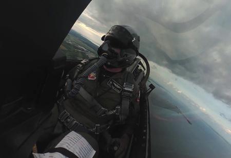 На кокпит истребителя поставили камеру с гироскопом. Укачивающее ВИДЕО