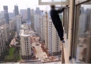 Грабитель в Китае пытался бежать через окно 23-го этажа (видео)