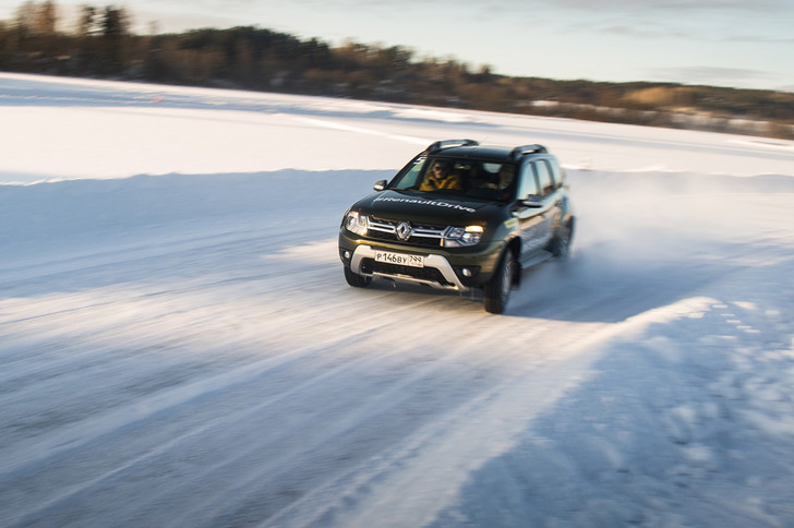 Фото №2 - Нефигурное катание: боком по льду на полноприводных Renault