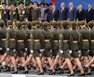 На параде в Белоруссии девушка потеряла туфлю, но героически продолжала держаться в строю!