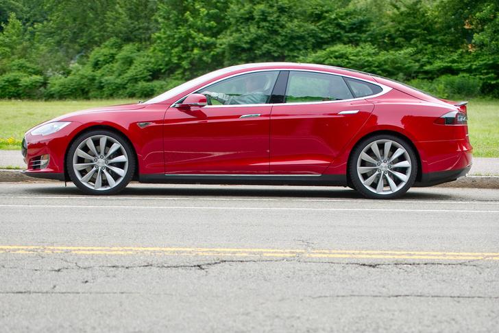 Фото №4 - Электромобиль Tesla Model S — голливудский тест-драйв с дымящимися покрышками и запахом сгоревшей резины