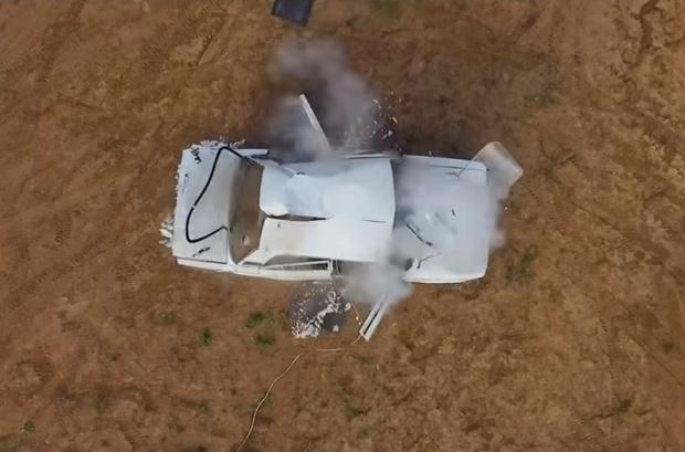 Фото №1 - Что будет, если перекачанное колесо разорвет в салоне автомобиля (видео)