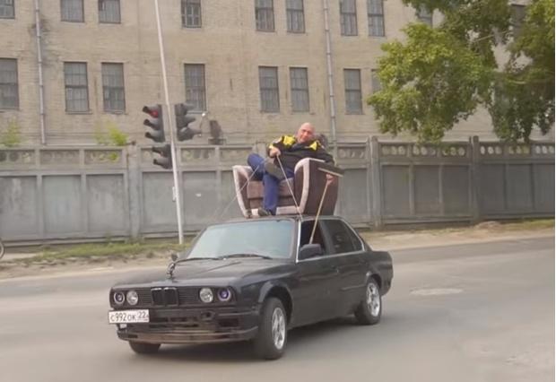 Фото №1 - Русские мужики повторили трюк мистера Бина, который рулил с помощью веревок и швабры, сидя в кресле на крыше машины (видео)
