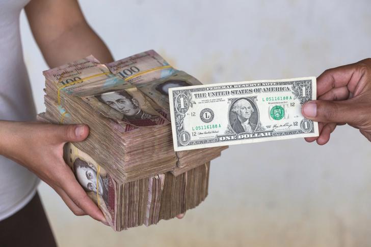 Фото №1 - Вот сколько пачек денег нужно, чтобы купить самые простые продукты в Венесуэле (фото)