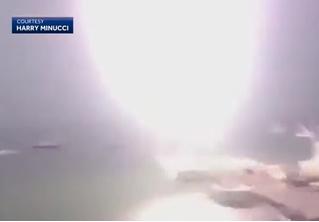 В Бостоне маленькую моторную лодку поразила огромная молния (видео)