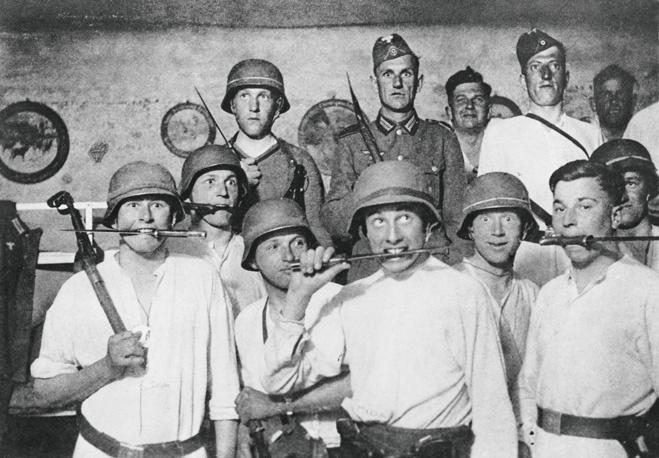 Нацистские солдаты позируют приятелям после погрома. 1941 год