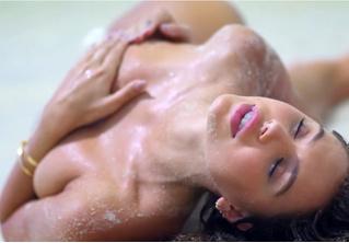 Модель показала, как снимаются эротические фотосессии. Обжигающе горячее ВИДЕО!