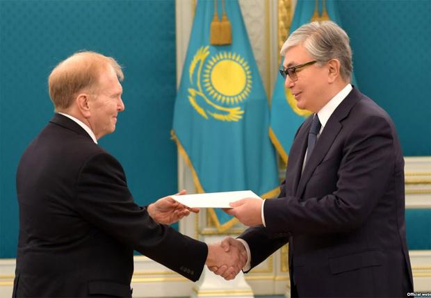 Фото №3 - СМИ обнаружили, что президента Казахстана «омолодили» на официальных фото