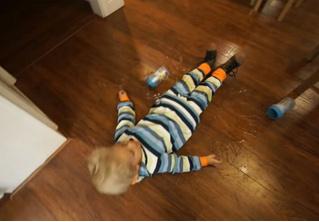 Ребенок терпит неудачи одну за другой в попытках налить сок (ВИДЕО)