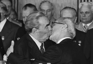 Целуйся как Брежнев!