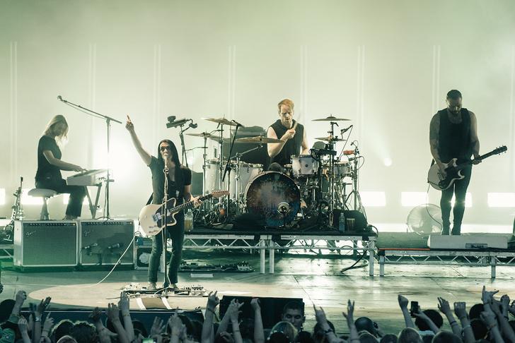 Фото №2 - Лечение роком. Что вытворяют на своих концертах культовые британцы Placebo