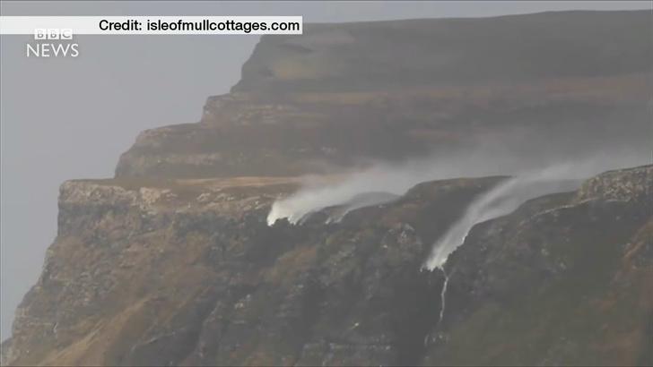 Фото №1 - Сильный ветер «развернул» водопады в Шотландии (видео)