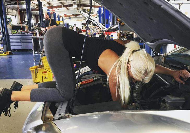 Фото №1 - Кажется, мы нашли самую соблазнительную девушку-автомеханика в мире. Видео прилагаем