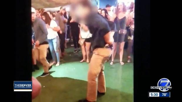 Фото №1 - Агент ФБР сделал на танцполе сальто, выронил пистолет и случайно кого-то подстрелил (неловкое ВИДЕО)