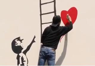 Парень нарисовал граффити и скрылся от набегающего охранника по нарисованной лестнице (вирусное видео)