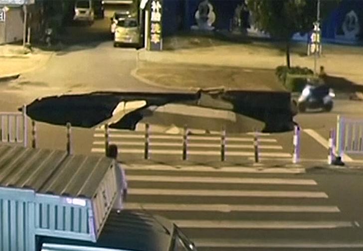 Фото №1 - Мопед влетел в провал грунта, образовавшийся всего за секунду (видео)