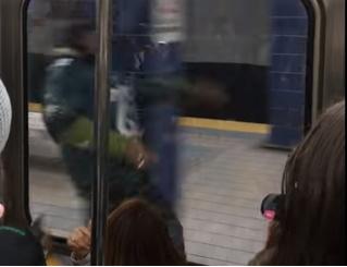 Этого фаната так разгорячила победа его команды, что он погнался за поездом! А зря! (разгоряченное ВИДЕО)