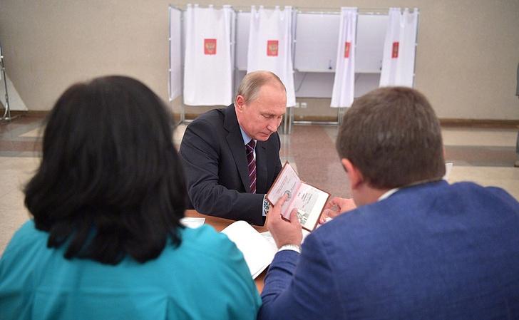Фото №2 - Фото главных страниц паспорта Путина появилось в Интернете!