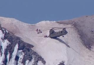 Безумное ВИДЕО: тяжелый вертолет вплотную подлетает к склону, чтобы спасти 6 спасателей и 1 идиота