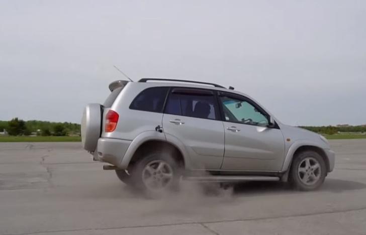 Фото №1 - Что будет, если на скорости 100 км/ч врубить заднюю (познавательное видео)