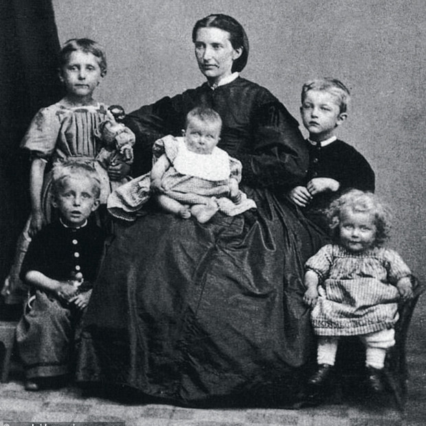 Мать Эдварда сдетьми (фото сделано вгод ее смерти)