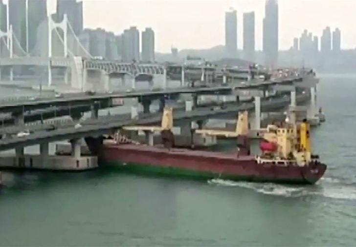 Фото №1 - Российское судно врезалось в опору моста в корейском порту (видео)