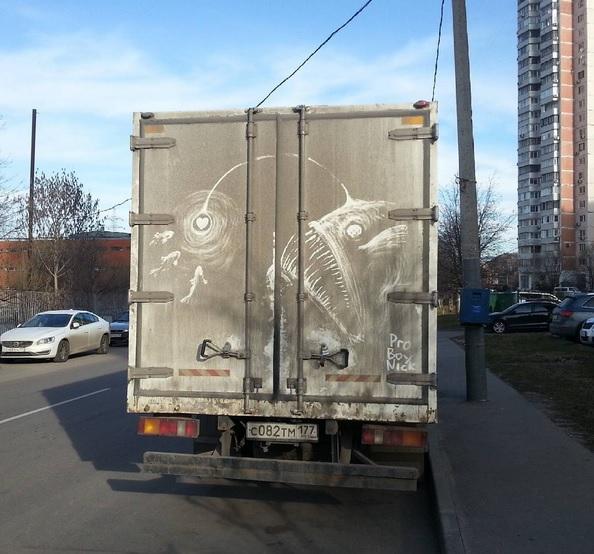 Фото №1 - Российский иллюстратор рисует потрясающие картины на грязных автомобилях