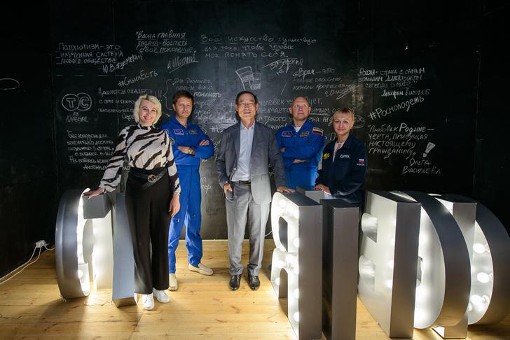 Фото №2 - Космонавты, лекции и донорство молодых журналистов