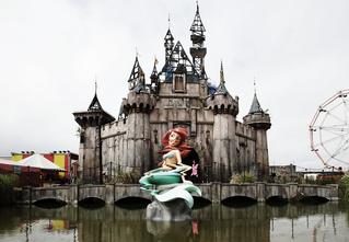 Новое арт-хулиганство Бэнкси: Диснейленд из ночного кошмара Микки Мауса