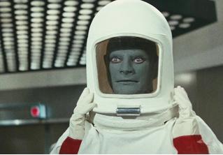 Что будет, если космонавт или водолаз чихнет внутри скафандра?