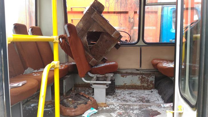 Фото №3 - Мусоровоз уронил ковш на маршрутку и проломил голову пассажирке! (ФОТО и ВИДЕО очевидца)