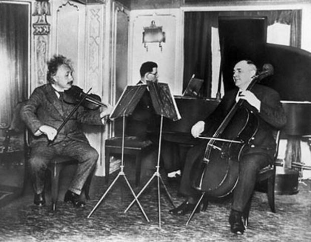 альберт эйнштейн играет на скрипке