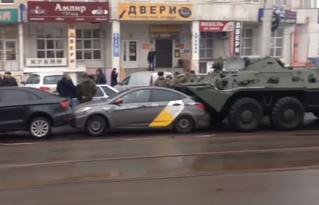 Два БТР сжали четыре легковушки в центре Курска (видео)