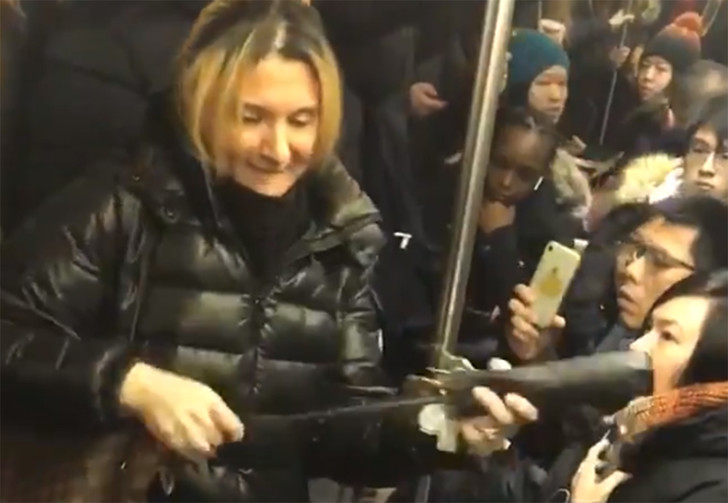 Фото №1 - В метро Нью-Йорка задержали русскоязычную пассажирку за ругань и нападение с зонтом (видео)