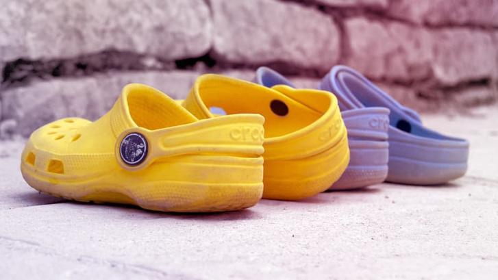 Фото №1 - Crocs останавливает производство самой противоречивой обуви по непонятным причинам
