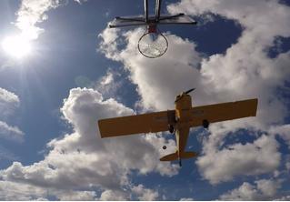 Точный бросок мяча в баскетбольную корзину из летящего самолета (видео)