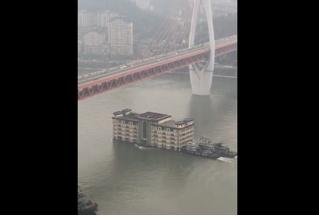 Как китайцы пятиэтажный дом по реке Янцзы сплавляли (видео)