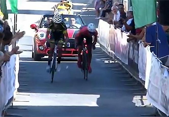 Фото №1 - Два велосипедиста начали толкаться у финиша и грохнулись на ленточку (видео)